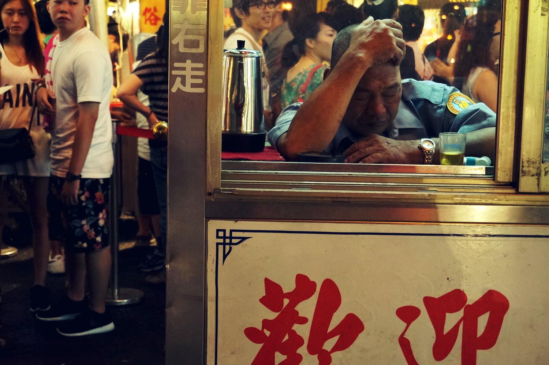 台湾松山駅にある「饒河街観光夜市」。寝ている警備員。