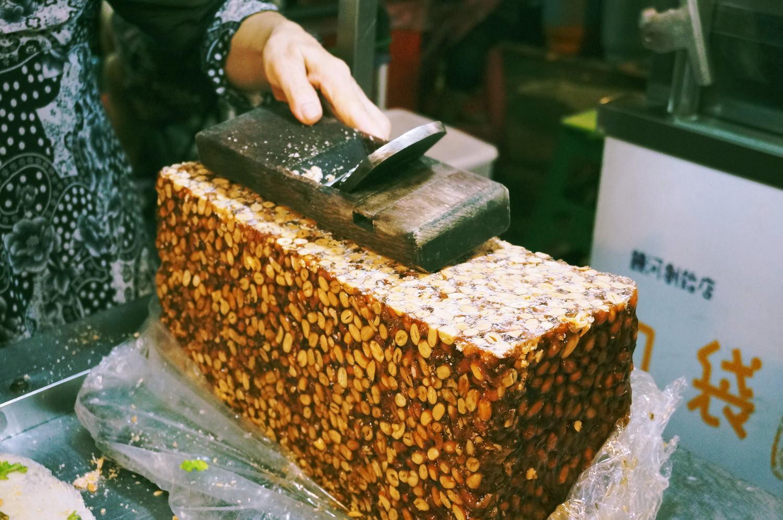 台湾「饒河街観光夜市」にてナッツの塊
