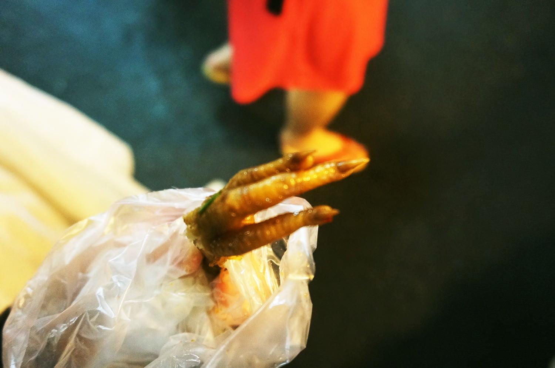 台湾「饒河街観光夜市」の鳥の足を食べてみた