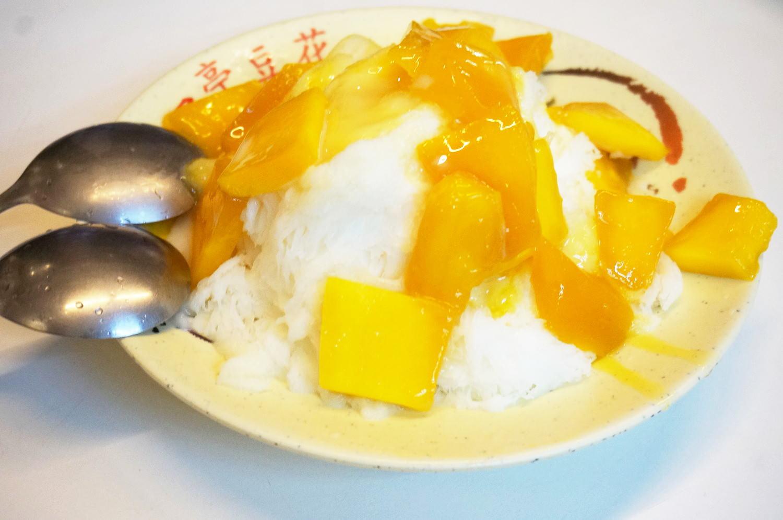 台湾「饒河街観光夜市」にてマンゴーかき氷