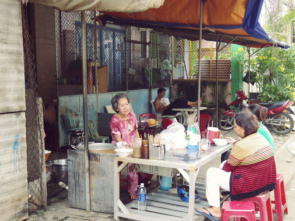 ベトナムのおばさんのほとんどはセットアップを着ている