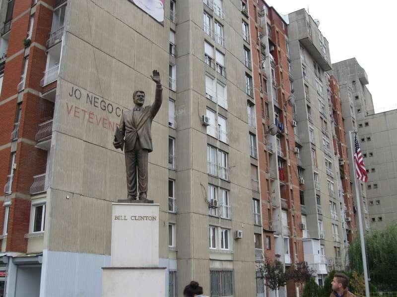 コソボ-クリントン像