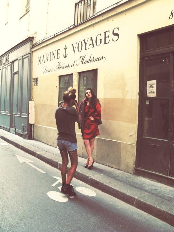 パリの一角でモデル写真撮影