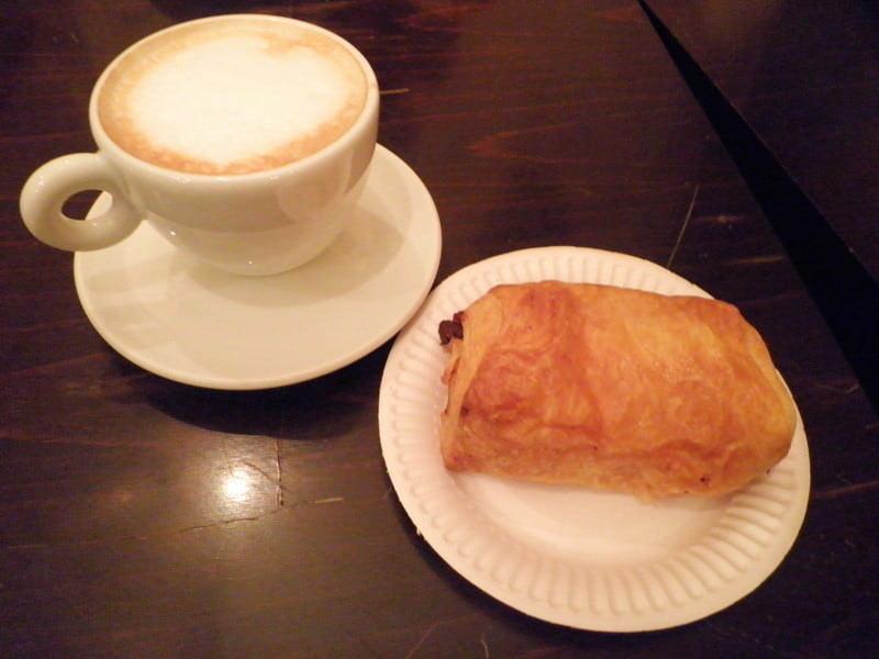 パリの朝ごはん。カフェクレームとパンオショコラ