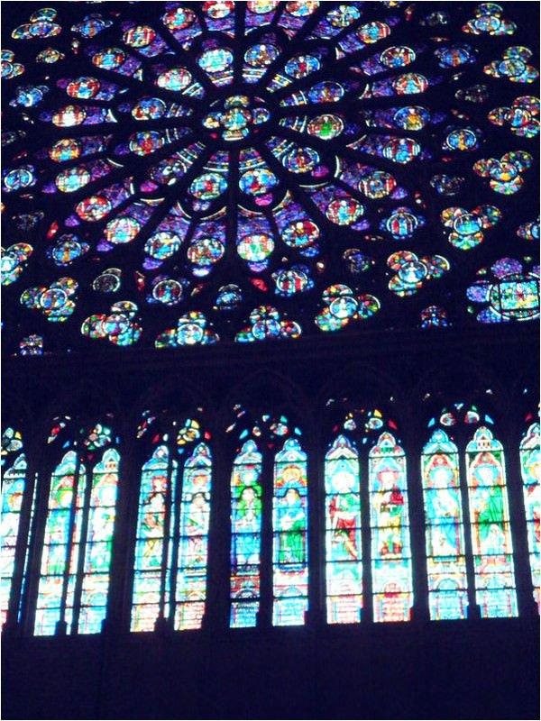ノートルダム寺院の美しいステンドグラス