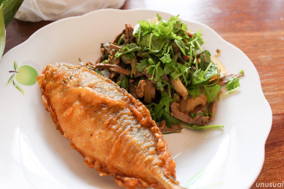 ラオス料理 魚のフライとラープ