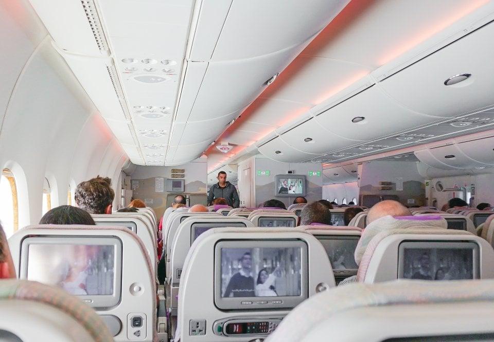 国際線の飛行機内を快適に過ごす服装とおすすめの持ち物
