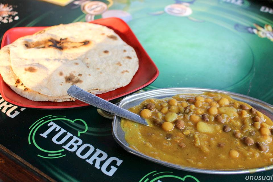 ネパールのロティと豆カレー