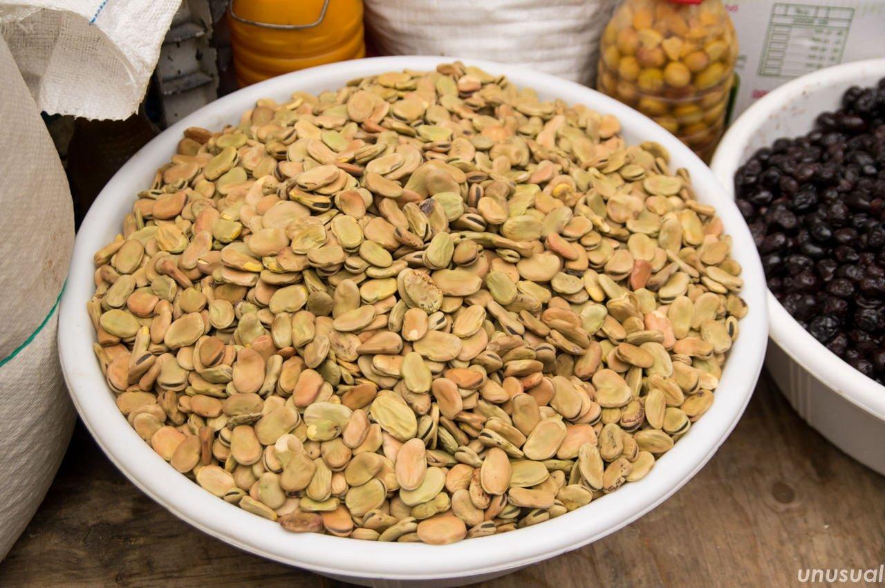 モロッコの市場で売られている乾燥そら豆