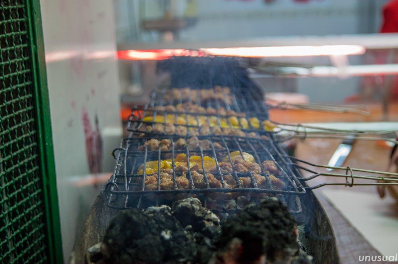 炭火で焼く肉