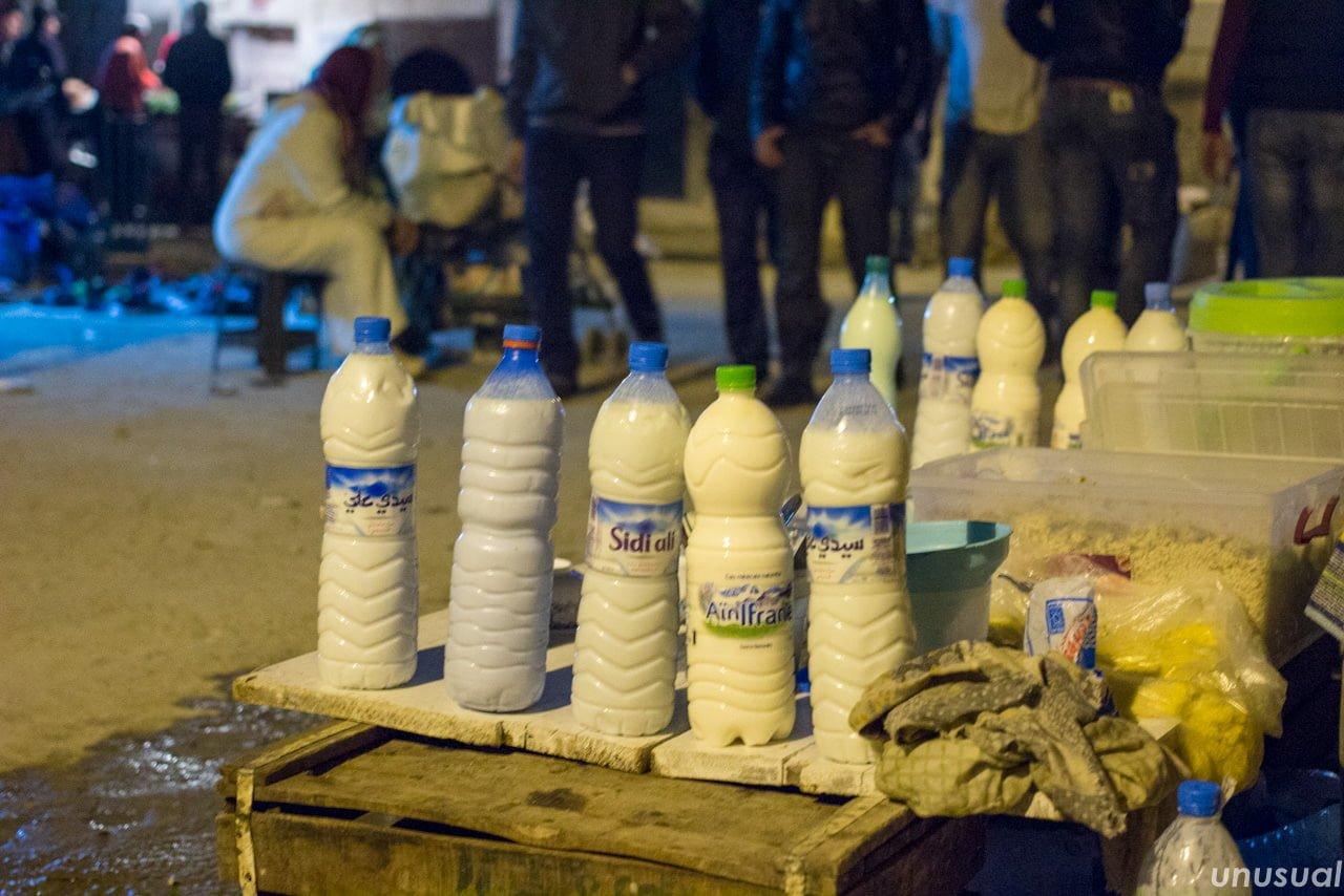 モロッコの露天で売られているヨーグルト