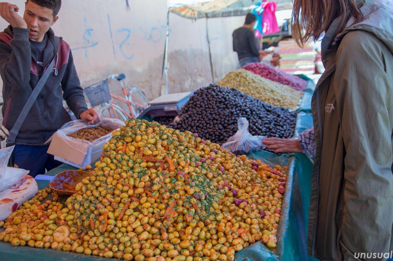 モロッコの市場のオリーブ